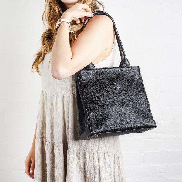 Handväska i läder, klassisk modell.
